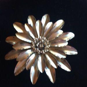 "Jewelry - Gold vintage brooch 3""x3"""